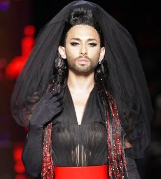 Кончита Вурст,показ,фото,подиум,неделя моды в Париже,черная невеста