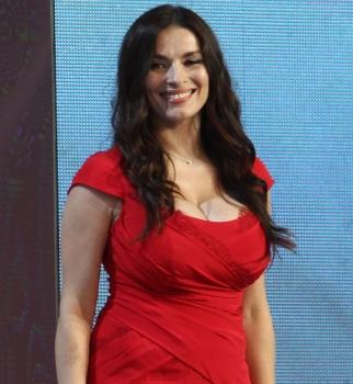 Новая волна 2014: Надежда Мейхер продемонстрировала пышную грудь в красном платье