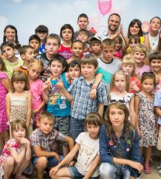журнал Viva,благотворительная акция,мы за мир,Киев,Ашан,дети,фото