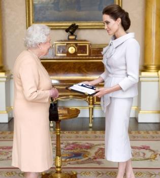 Анджелина Джоли,фото,Королева Англии,Елизавета II,образ,стиль,кавалерственная дама