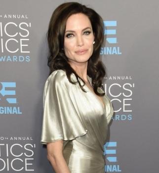 Critics Choice Movie Awards 2015,Анджелина Джоли,Дженнифер Энистон,Кира Найтли,красная дорожка,платья,фото