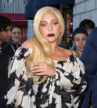 Леди Гага,в постели,без макияжа,фото