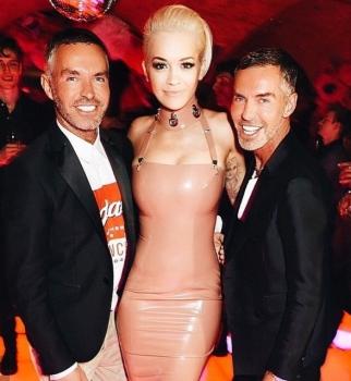 Ким Кардашьян,Рита Ора,фото,Мадонна,вечеринка,одинаковые платья,розовый латекс