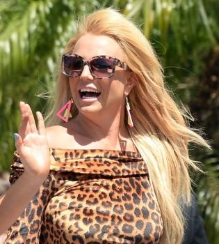 Бритни Спирс,Бритни Спирс видео,Бритни Спирс упала на сцене