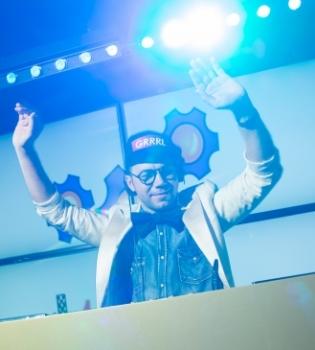 Дизайнер Андре Тан порадовал новым талантом, свою любовь к музыке он впервые продемонстрировал  на закрытой вечеринке в клубе Famous, сыграв для всех гостей свой dj-set.