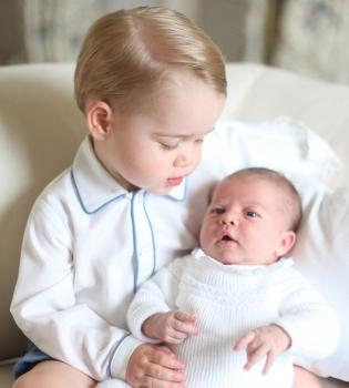 принц Уильям, герцогиня Кэтрин, принцесса Шарлотта, принцесса Шарлотта превые официальные фото, Кейт Миддлтон дочь, герцогиня Кэтрин дочь фото, герцогиня Кэмбриджская дочь фото