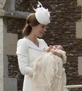 принц Уильям, герцогиня Кэтрин, принцесса Шарлотта, принцесса Шарлотта превые официальные фото, Кейт Миддлтон дочь, герцогиня Кэтрин дочь фото, герцогиня Кэмбриджская дочь фото, крестины, принцесса Шарлотта крестины