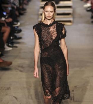 Кэндис Свейнпол,  Кэндис Свейнпол упала,  Кэндис Свейнпол неделя моды в нью-йорке,  Кэндис Свейнпол упала на подиуме,  Кэндис Свейнпол Victorias Secret, Кэндис Свейнпол Givenchy, неделя моды в нью-йорке