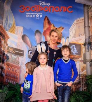 зоотрополис, премьера зоотрополиса, снежана егрована на премьере мультика, снежана егорова с детьми, виктор бронюк с детьми