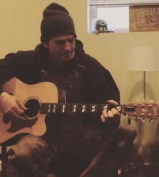 Эштон Катчер,Эштон Катчер играет на гитаре,Эштон Катчер видео