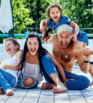 Музыкант группы 5'Nizza Сергей Бабкин впервые снялся в фотосессии с женой и детьми