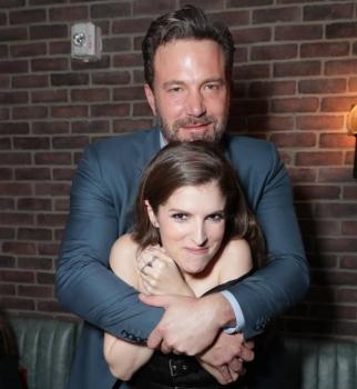 Фотофакт: Бен Аффлек заобнимал Анну Кендрик на премьере в Лос-Анджелесе