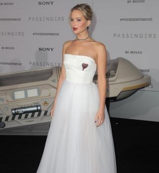 Дженнифер Лоуренс вышла в свет в роскошном платье невесты