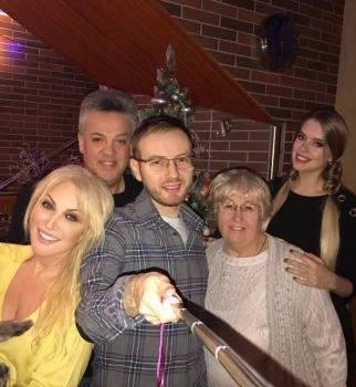 Видео: Таисия Повалий и ее семья за праздничным столом поют колядки