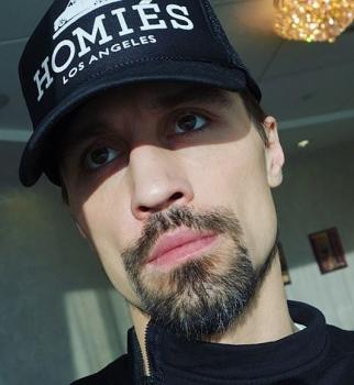 Не узнать: Дима Билан сбрил бороду, оставив одни усы