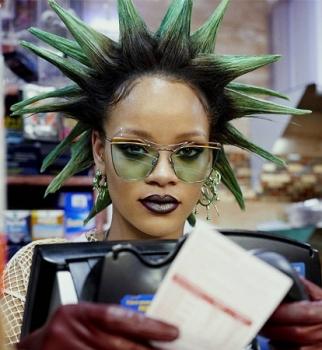 С панк-прической и полуголая: сеть взорвала провокационная фотосессия Рианны в супермаркете