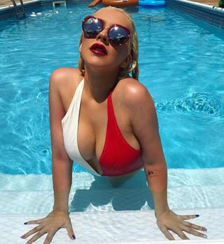 Горячо: Кристина Агилера показала сексуальную фигуру в откровенном купальнике