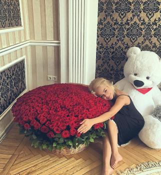 Алина Гросу заинтригована огромным букетом из 555 красных роз