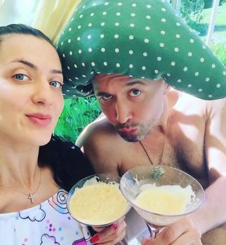 Вот это гибкость: Сергей Бабкин с женой занимаются парной йогой