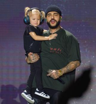 Трехлетняя дочь Тимати выступила с отцом на концерте в
