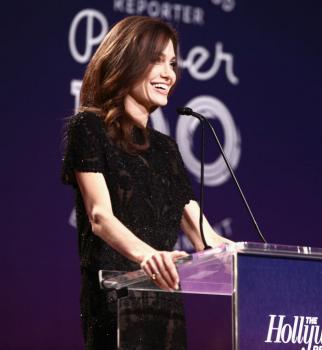С голливудской укладкой и в кружевном платье: в сети обсуждают новый образ Анджелины Джоли