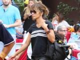 Счастливая семья: Холли Берри с мужем и повзрослевшим сыном веселится на прогулке