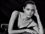 Как балерина: Анджелина Джоли снялась в потрясающей фотосессии на пуантах