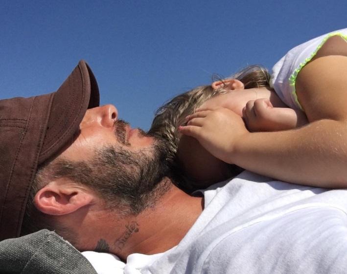 Тихий час: малышка Харпер уснула на папе Дэвиде Бекхэме