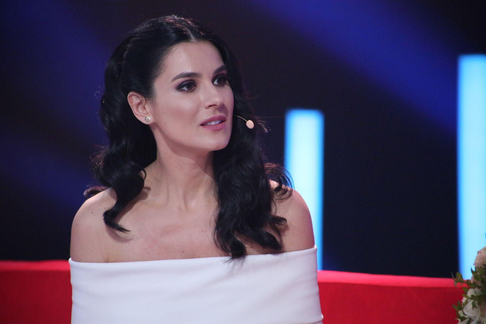 Образ дня: Маша Ефросинина в белом платье с оголенными плечами