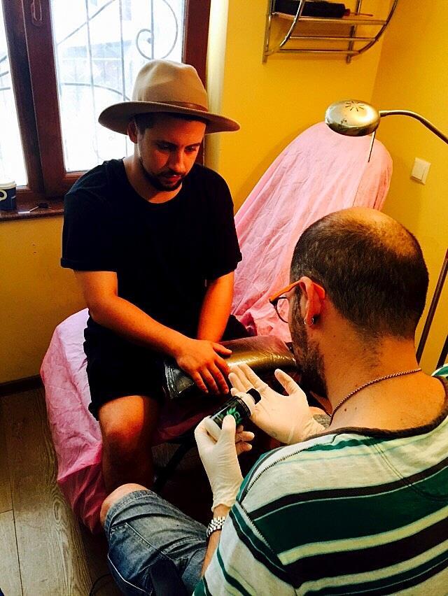 Двусмысленная татуировка: Monatik обручился?