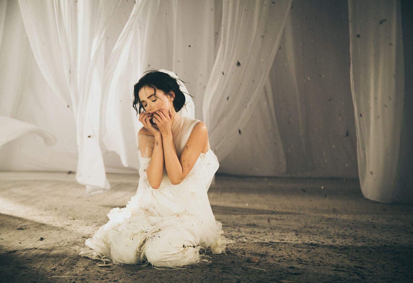 Мария Яремчук в фате и свадебном платье снялась в чувственном видео