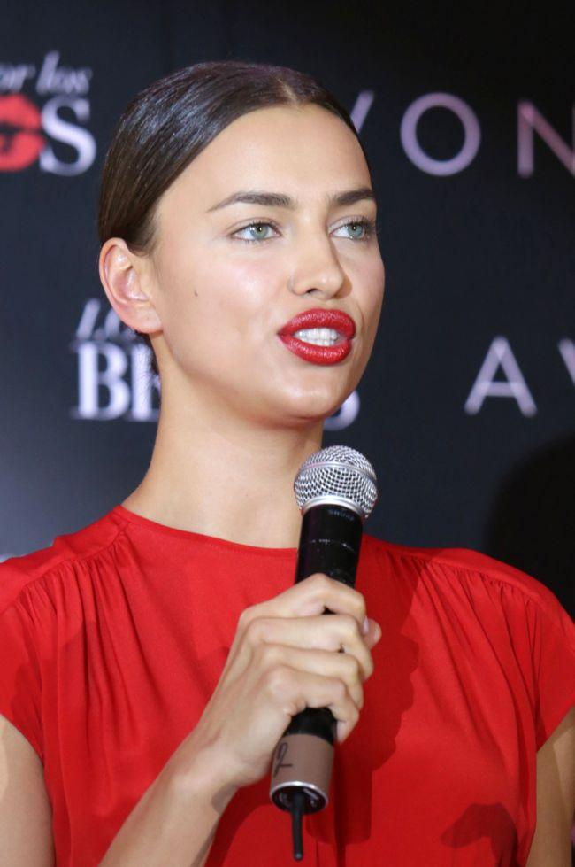 Женщина в красном: сексуальная Ирина Шейк похвасталась стройными ножками