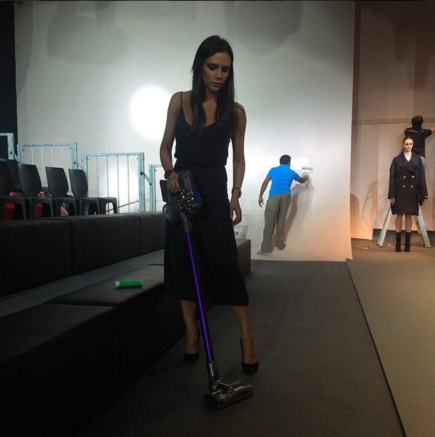 Модная Золушка: Виктория Бекхэм подметает пол перед собственным показом