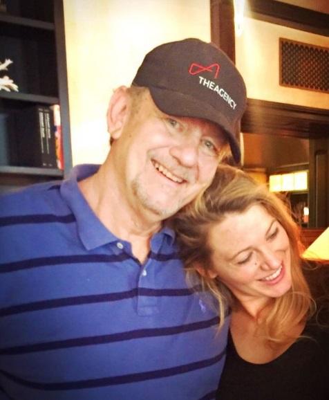 Трогательный момент: Блейк Лайвли позирует с отцом