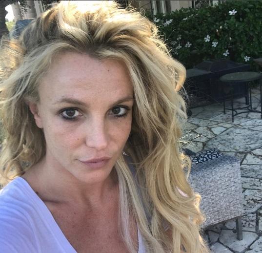 Никакого гламура: Бритни Спирс показала фото без макияжа и прически