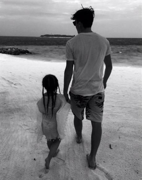 Особенное время: Бруклин Бекхэм гуляет с малышкой Харпер