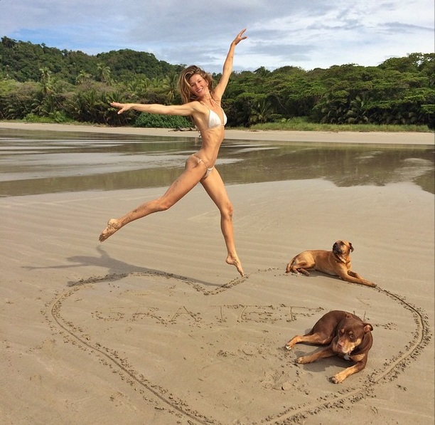 Пугающая худоба: Жизель Бундхен заставила волноваться за свое здоровье из-за фото в бикини