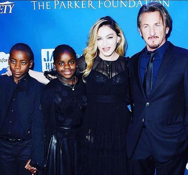 Мадонна впервые вышла в свет с детьми и Шоном Пенном