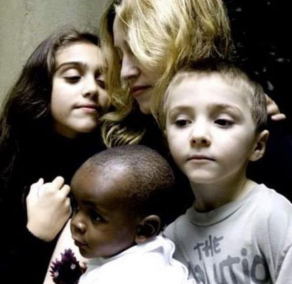 Неожиданно: Мадонна растрогала публику совместным фото с детьми