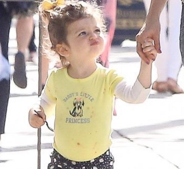 Семейный день: Мила Кунис и Эштон Катчер гуляют с малышкой-дочерью