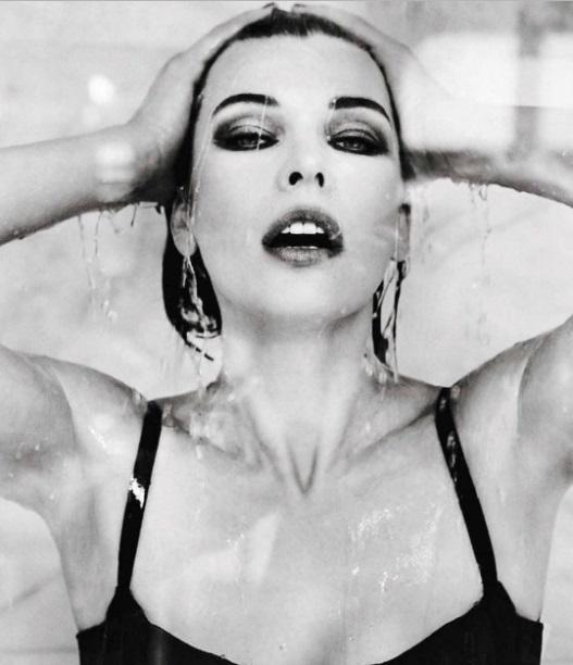 Милла Йовович взорвала сеть вызывающим снимком и призвала женщин не стесняться быть сексуальными