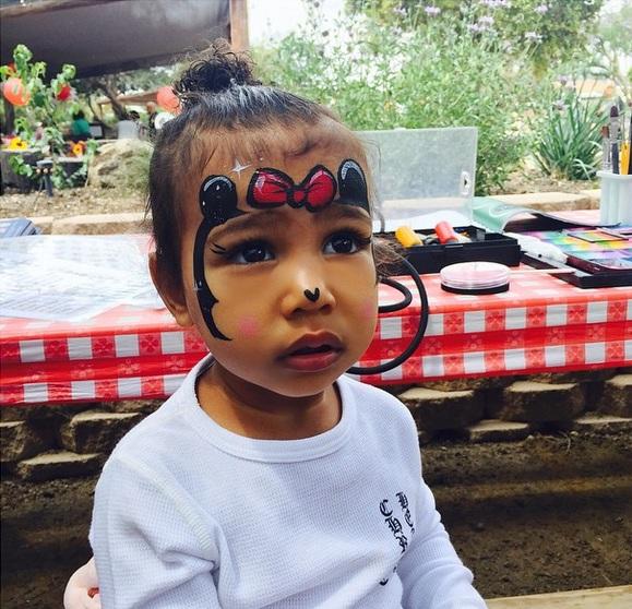 Полуторагодовалой дочери Ким Кардашьян сделали первый мейкап