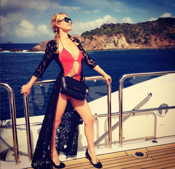 Соблазнительная Пэрис Хилтон в откровенном купальнике позирует на яхте