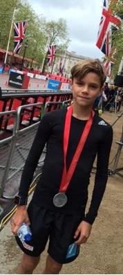 Сын Дэвида и Виктории Бекхэм пробежал Лондонский марафон