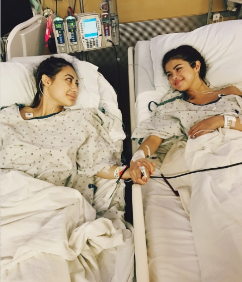 Селене Гомес пересадили почку ее подруги: трогательные фото с больницы