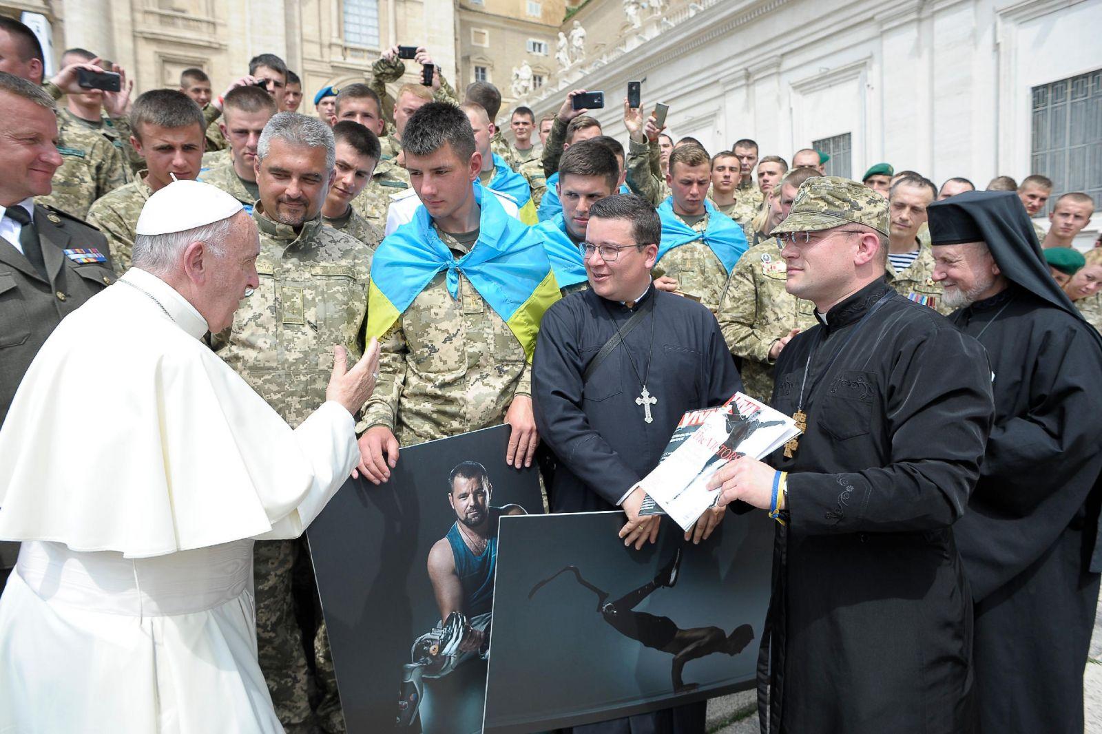Папа Римский с журналом Viva! Переможці в руках
