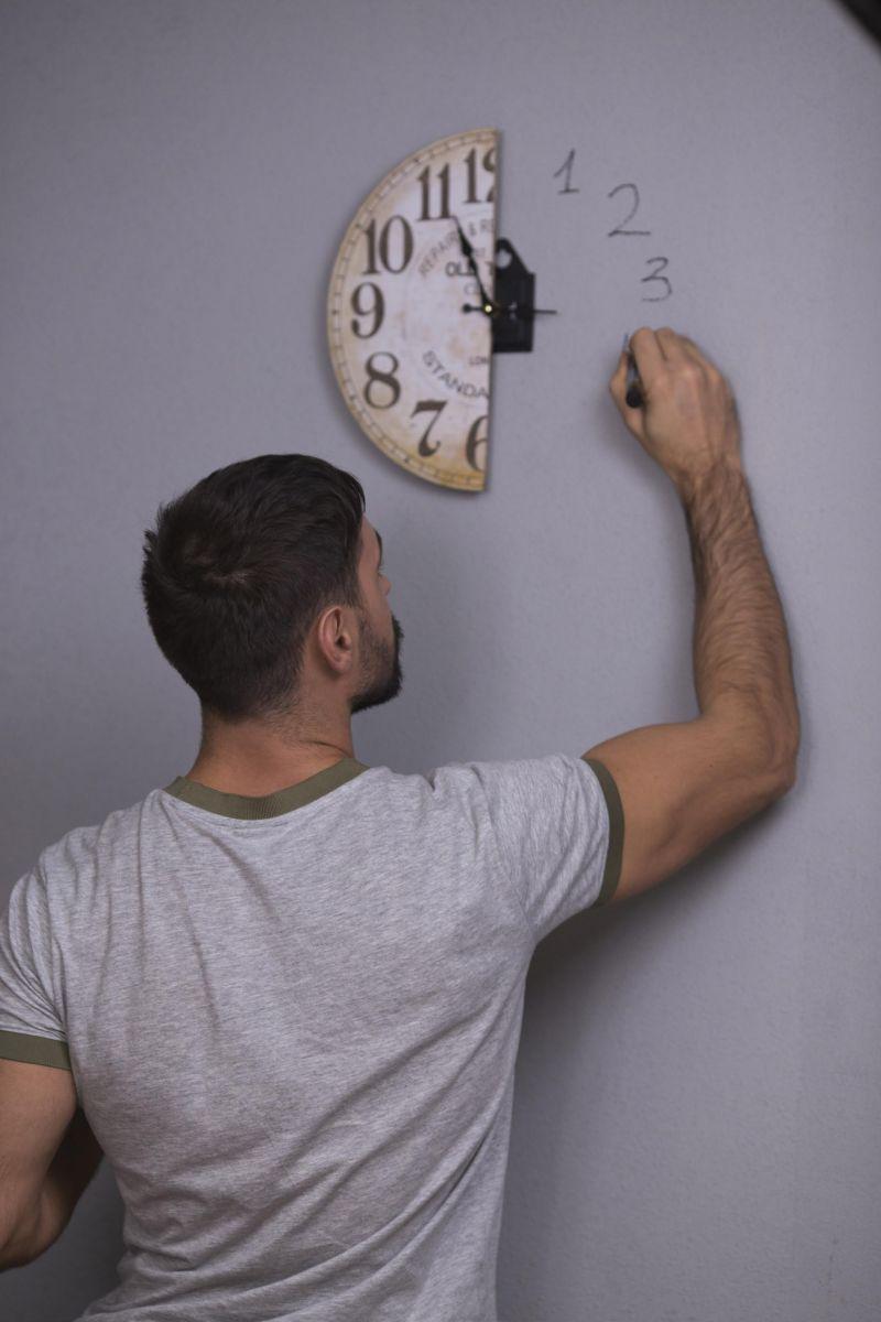 Для нового клипа Виталия Козловского пришлось разрезать всю мебель и технику в квартире