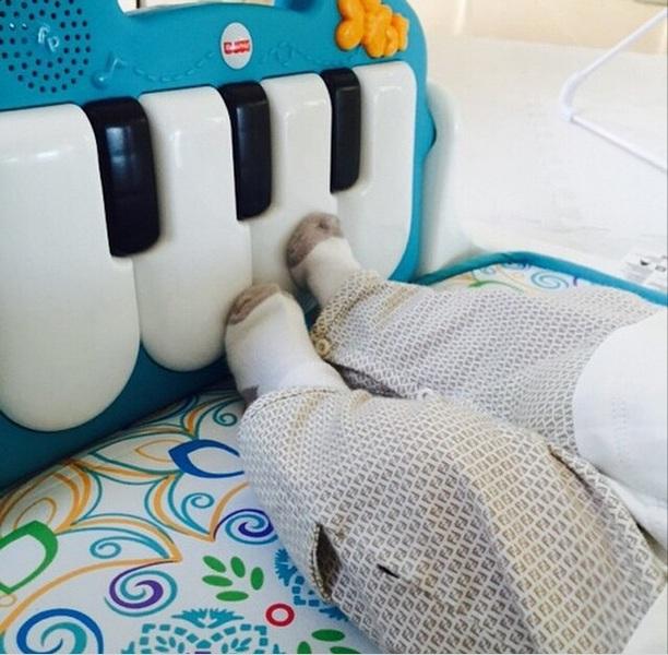 Двухмесячный сын Шакиры играет на пианино