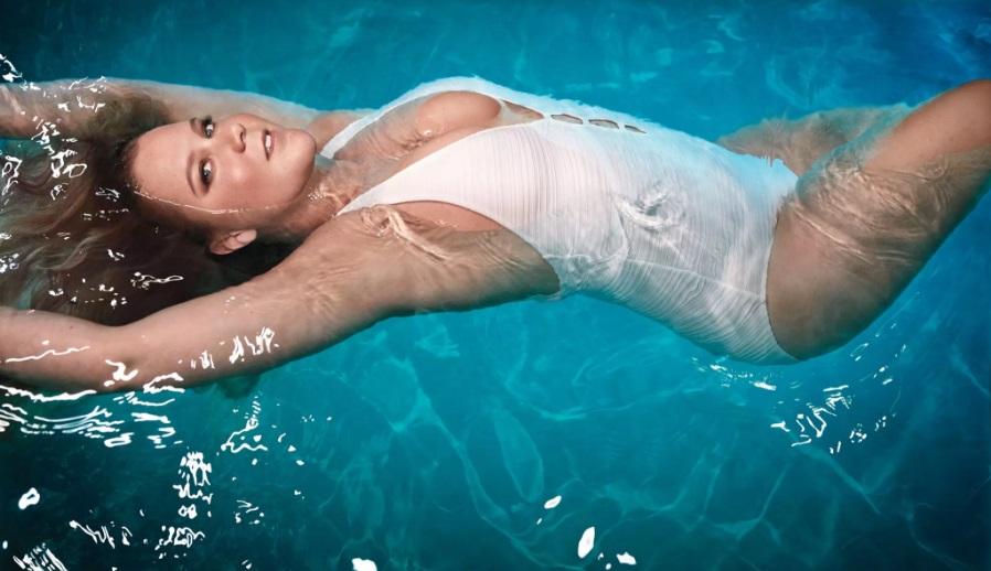 Эми Шумер снялась для обложки глянца в сексуальном купальнике