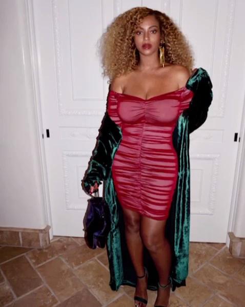 Молодая мама Бейонсе соблазняет роскошными формами в облегающем платье